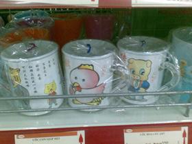Một số sản phẩm cốc nhựa in hình hoạt hình xuất xứ từ Trung Quốc được bày bán tại siêu thị ở Khu đô thị Việt Hưng (Hà Nội)