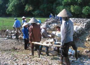 Nhân dân xóm Giếng 2, xã Hợp Thịnh góp công xây dựng NVH thôn, bản