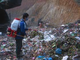 Công ty CP MTĐT Hòa Bình phun chế phẩm EM hạn chế ô nhiễm tại bãi rác dốc Búng.