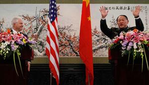Bộ trưởng Quốc phòng Mỹ Robert Gates (trái) và người đồng cấp Trung Quốc Lương Quang Liệt.