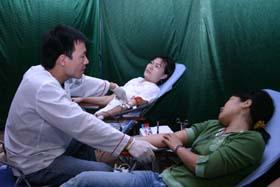 ĐV - TN tích cực tham gia hiến máu nhân đạo.