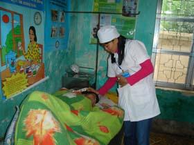 Cán bộ Trạm y tế xã Ngọc Mỹ  (Tân Lạc) chăm sóc sức khỏe nhân dân trong xã.