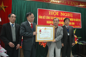 Thừa ủy quyền của Chủ tịch nước, đồng chí Quách Thế Hùng, Phó Chủ tịch UBND tỉnh trao Huân chương Lao động hạng Nhì cho Sở KH&ĐT.