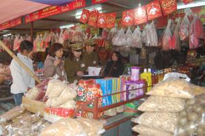 Đoàn tiến hành kiểm tra tại một số quầy kinh doanh hàng khô chợ Phương Lâm.