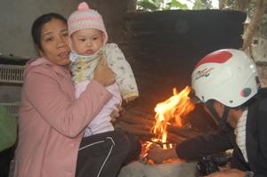 Người lớn cần giữ khoảng cách an toàn khi sưởi ấm bằng củi cho trẻ nhỏ.