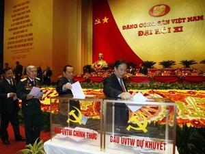 Các đại biểu Đại hội Đảng XI bỏ phiếu bầu Ban chấp hành Trung ương Đảng khóa XI.