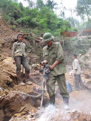 Công nhân khai thác đá không đeo dây an toàn tại khu vực khai thác đá xã Tân Vinh (Lương Sơn).