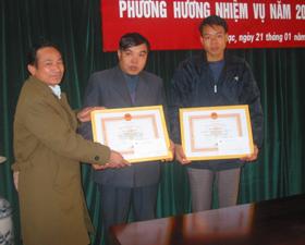 Lãnh đạo Huyện uỷ Tân Lạc trao bằng khen của T.Ư Hội Chữ thập đỏ cho tập thể có thành tích xuất sắc trong công tác chữ thập đỏ.