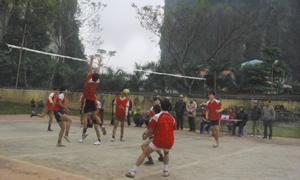 Trận chung kết bảng B giữa 2 đội Ngọc Mỹ- Thị trấn Mường Khến.