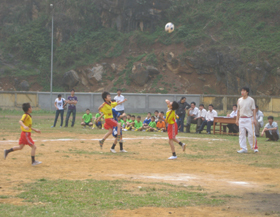 Huyện Tân Lạc thường xuyên tổ chức các giải bóng đá thiếu niên - nhi đồng tạo sân chơi lành mạnh, bổ ích cho trẻ em