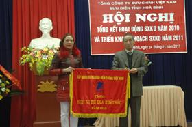 Lãnh đạo Tập đoàn Bưu chính Viễn Thông Việt Nam tặng cờ thi đua năm 2010 cho Bưu điện tỉnh.