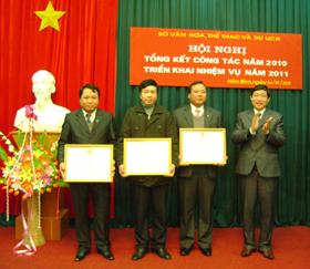 Bùi Văn Cửu tặng Bằng khen của UBND tỉnh cho các tập thể có thành tích xuất sắc trong hoạt động VH, TT & DL năm 2010
