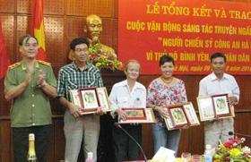 Trung tướng Nguyễn Đức Nhanh, Phó TCT Tổng cục An ninh II, Giám đốc Công an Hà Nội trao giải B cho các nhà văn đoạt giải (2010).