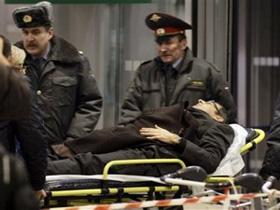 Chuyển một người bị thương trong vụ đánh bom ra khỏi sân bay Domodedovo