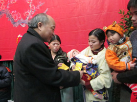Bộ Trưởng trao lì xì mừng các bé sang tuổi mới hay ăn, chóng lớn, nhanh khỏi bệnh để được về nhà