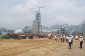 Nhà máy xi măng công nghệ lò quay do Công ty TNHH Xuân Mai làm chủ đầu tư nằm cạnh đường Hồ Chí Minh.