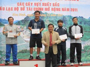 Đồng chí Hoàng Việt Cường, Bí thư Tỉnh ủy trao cúp và phần thưởng cho các VĐV đoạt giải