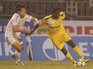 SL Nghệ An và Thanh Hóa bất phân thắng bại trên sân Vinh - Ảnh: Minh Phương