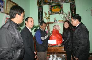 """Từ quỹ """"Ngày vì người nghèo"""", UBMTTQ tỉnh đã trao 300 suất quà cho các hộ nghèo ăn Tết Nguyên đán năm 2012."""