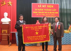 Thừa ủy quyền của lãnh đạo tỉnh, đồng chí Nguyễn Trung Dũng, Giám đốc Sở LĐ- TB&XH tỉnh đã trao cờ lưu niệm của Tỉnh ủy, HĐND, UBND, UBMTTQ tỉnh cho TTBTXH tỉnh.