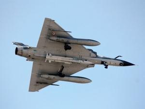 Máy bay Mirage của Pháp mang tên lửa.