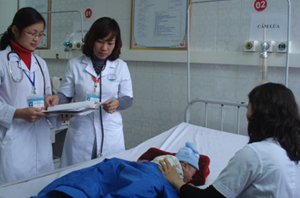 Các y, bác sĩ khoa Nhi (Bệnh viện Đa khoa tỉnh) khám và chẩn đoán bệnh cho bé Nguyễn Anh Gia Hiếu ở xã Dân Chủ (TPHB).