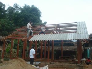 Giúp nhau dựng nhà - công việc thường ngày của người dân Đồng Chum.