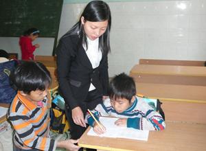 Ở Trung tâm, Tuấn được học chữ và luôn nhận được tình yêu thương của cô Hà và các bạn cùng chung cảnh ngộ.