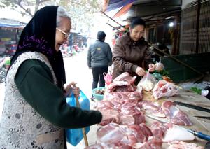 Người dân nên chọn thực phẩm có nguồn gốc, có dấu kiểm dịch an toàn.