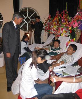 Đông đảo học sinh, sinh viên tình nguyện tham gia hiến máu.