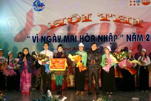 Lãnh đạo Hội LHPN tỉnh trao giải nhất cho đội Kim Bôi