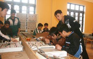 Trung tâm GTVL liên kết với trường Cao đẳng Nghề Hòa Bình dạy nghề điện dân dụng, điện công nghiệp cho lao động nông thôn.
