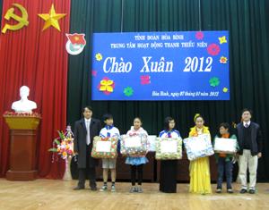 """Đại diện lãnh đạo Tỉnh đoàn và Trung tâm HĐTTN tặng quà cho các em học sinh có hoàn cảnh khó khăn tại chương trình """"Chào xuân 2012""""."""