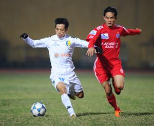 Pha tranh bóng giữa cầu thủ hai đội Hà Nội T&T với Becamex Bình Dương.