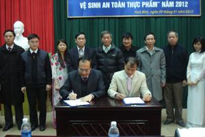 Công ty sản xuất cháo sen bát bảo Minh Trung đã ký cam kết thực hiện tốt VSATTP với đại diện BCĐ tỉnh.