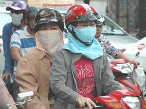 Đeo khẩu trang khi đi ra đường là biện pháp hiệu quả phòng tránh các bệnh NKĐHH.