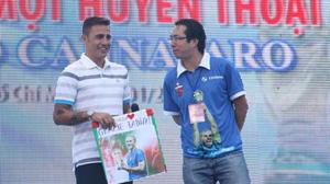 Nhà báo Anh Ngọc (phải) và Fabio Cannavaro trong buổi giao lưu với người hâm mộ tại Nhà văn hóa Thanh niên TP.HCM 8-1.