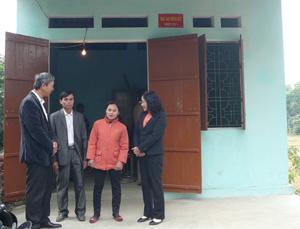"""Gia đình chị Hoàng Nữ Lệ Hằng, xóm Đồng Bái, thị trấn Lương Sơn (Lương Sơn) là hộ nghèo được Quỹ """"Vì người nghèo"""" huyện và doanh nghiệp trên địa bàn hỗ trợ xây dựng nhà đại đoàn kết năm 2011."""