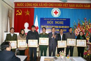 Đồng chí Bùi Văn Cửu, Phó Chủ tịch TT UBND tỉnh, Trưởng Ban chỉ đạo hiến máu tình nguyện tỉnh trao bằng khen của T.Ư Hội CTĐ Việt Nam cho các tập thể, cá nhân có thành tích xuất sắc năm 2011.