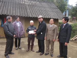 Lãnh đạo Liên minh HTX Việt Nam tặng quà Tết cho hộ xã viên nghèo Dương Tài Liên ở xóm Đồng Chụa (TPHB).