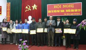 Đại diện lãnh đạo Đài trao giấy khen cho các cá nhân tích cực cộng tác tuyên truyền trong năm 2011.