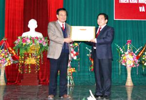 Thừa ủy quyền, đồng chí Đinh Duy Sơn, Phó Chủ tịch HĐND tỉnh trao bằng khen của Bộ LĐ-TB&XH cho Sở LĐ-TB&XH.