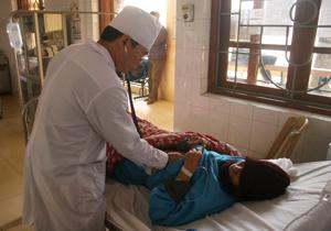 Cán bộ, y, bác sỹ Bệnh viện Đa khoa huyện Lạc Thủy luôn chú trọng nâng cao chất lượng khám - chữa bệnh và nâng cao giao tiếp, ứng xử khi chăm sóc người bệnh.