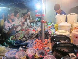 Đông đảo người dân đến tham quan, mua sắm tại hội chợ