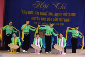 """Nhiều đội văn nghệ đã đầu tư được nhạc cụ, trang phục biểu diễn.  ảnh: Tiết mục biểu diễn của đội văn nghệ xã Tú Sơn  (Kim Bôi) tại hội thi """"Văn hóa ẩm thực LLVT huyện Kim Bôi  lần thứ nhất""""."""