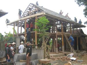 Nhân dân xóm Nhót, xã Nà Phòn (Mai Châu) giúp gia đình  chị Lò Thị Dần dựng nhà mới.