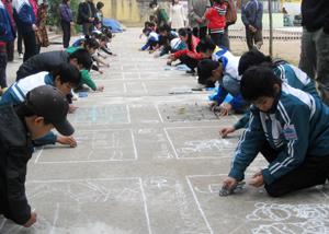 Các em học sinh khối THCS tham gia nội dung thi vẽ tranh trên nền xi măng.