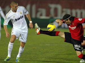 Real Madrid đã gặp khó khăn khi đối đầu với những cầu thủ Mallorca (áo đỏ) đầy