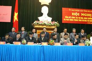 Các đồng chí lãnh đạo tỉnh chứng kiến ký kết giao ước thi đua giữa 9 khối thi đua của tỉnh năm 2012.