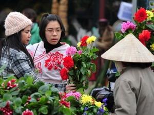 Thời tiết ấm và tạnh ráo tạo điều kiện cho mọi người du Xuân, sắm Tết.